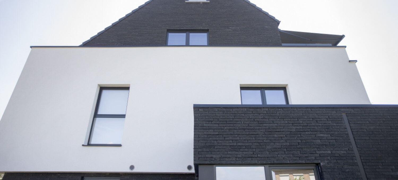 Pvc ramen in modern gebouw
