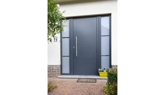 Zwarte kunststof deur